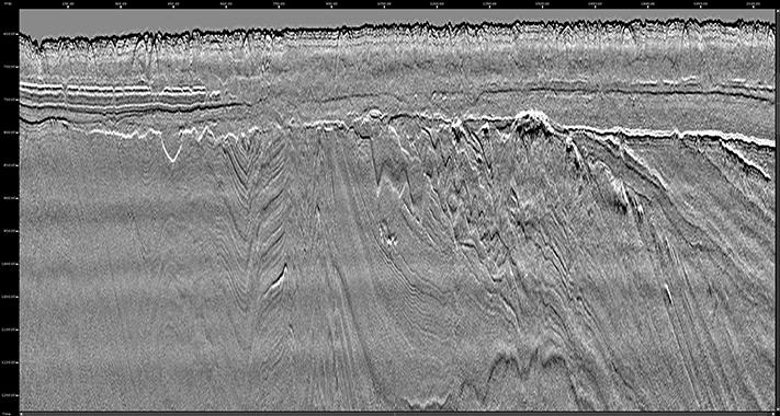 """""""Hot off the press"""" GeoStreamer GS uprosesserte nærtrase data. Linjen viser kun én av 720 kanaler i den 9 km lange seismiske kabelen. Multippelfjerning, migrasjon og stack vil hente fram de dypere strukturene. Utganspunktet for et godt produkt ser absolutt ut til å være tilstede! © PGS"""