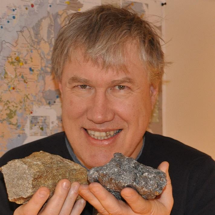 Håvard Gautneb viser frem to steinprøver som begge inneholder grafi tt. Den svarte til høyre er fra Trælen på Senja og inneholder 30 prosent karbon. Den til venstre er fra Kragerø-området og inneholder kun 3 prosent karbon. Foto: Halfdan Carstens