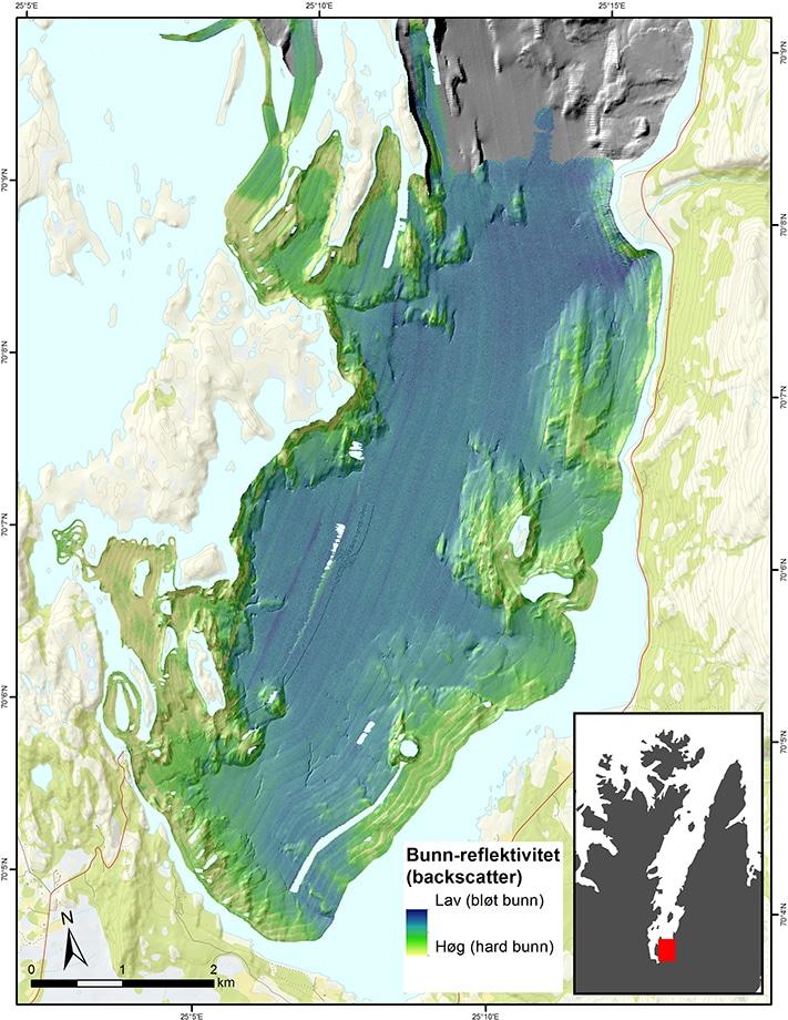 Reflektivitet av bunnen i Porsangerfjorden basert på backscatterdata. I tillegg til bunnrelieffet viser kartet bunnens hardhet. De blå områdene representerer for eksempel myk fjordbunn, noe som forklares med at den er dekket med bløt leire. Illustrasjon: NGU