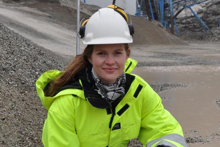 Åsa Barstad trives med hjelm, refleksvest og vernesko. Muligheten til litt frisk luft inn i mellom kontorarbeidet appellerer til jærbuen.  Foto: Halfdan Carstens