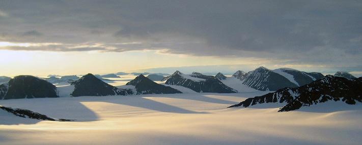 Nunatak-landskap i Øst-Grønland. Slik kan det ha sett ut i Norge for drøyt 10.000 år siden. Kanskje var det under slike forhold at de første nordmennene levde. Foto: Mark Bull