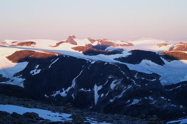 Et fjell. En fjellheim. En fjellkjede. Utsikt fra Skålatårnet mot Lodalskåpa i sørøst, en nunatak på Jostedalsbreen. Foto: Halfdan Carstens
