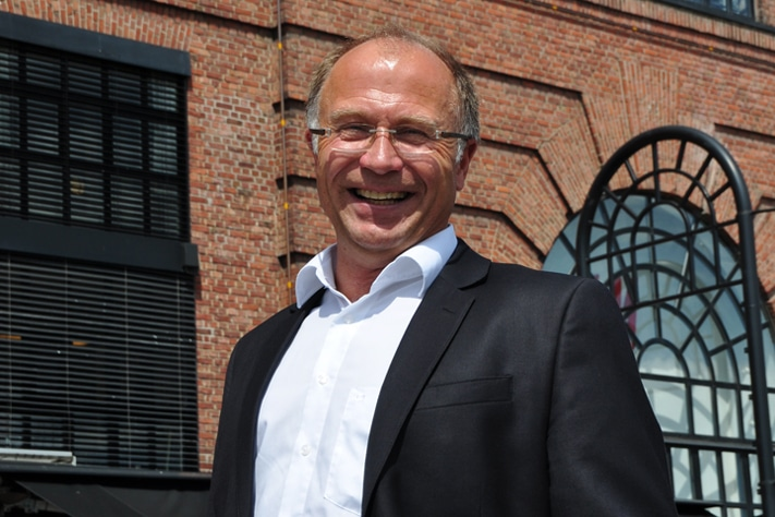 Svein Ilebekk har en mangslungen karriere i oljebransjen. Utålmodig som han er, har det blitt mange jobber og mange oppdragsgivere opp gjennom årene, inntil han ble «voksen nok» til å ta skjeen i sin egen hånd. Det har bl.a. resultert i to konsulentselskaper og to oljeselskaper. De to siste har hatt stor suksess, og begge har blitt solgt med god fortjeneste for investorene. Bildet er fra Aker Brygge i Oslo. Her minnes han flere fine år i DNO hvor han har vært i to perioder. Foto: Halfdan Carstens