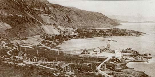 """Restene etter det gamle Kobberverket i Kåfjord (1826-1878) med tipper er lett synlig fra E6 nord for Alta. I Finnmark liker de å kalle kobberverket for """"Nordkalottens første storindustri"""", og rundt 1840 var Kåfjord det største tettstedet i Finnmark med ca. 1000 innbyggere. Bildet er fra rundt 1900. Foto: Alta Museum"""