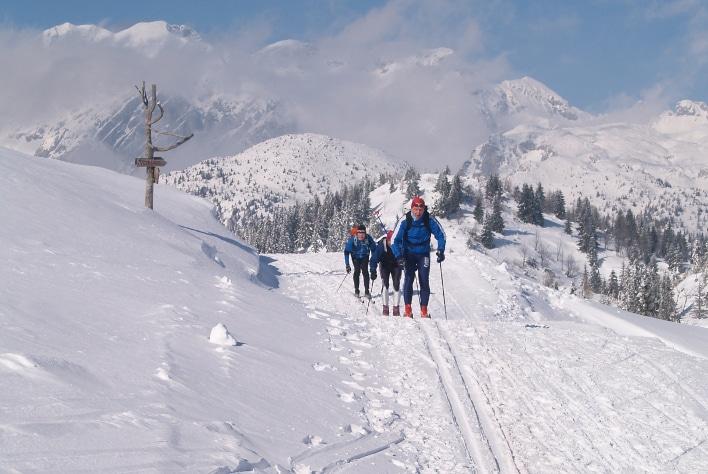 Slovenia er et fjelland. Det ligger i den østlige delen av Alpene og den nordvestlige delen av De dinariske alper. De siste strekker seg nedover Kroatia og videre inn i Albania. Denne beliggenheten er selvsagt årsaken til at skisport er populært. Først og fremst alpint, selvfølgelig, men fordi prisnivået har steget kraftig de senere årene, etter landets inntreden i EU, har langrennsporten blitt mer populær. Begrensningen er at det prepareres få løyper. Alpinistene har fortsatt preferanse. Foto: Halfdan Carstens