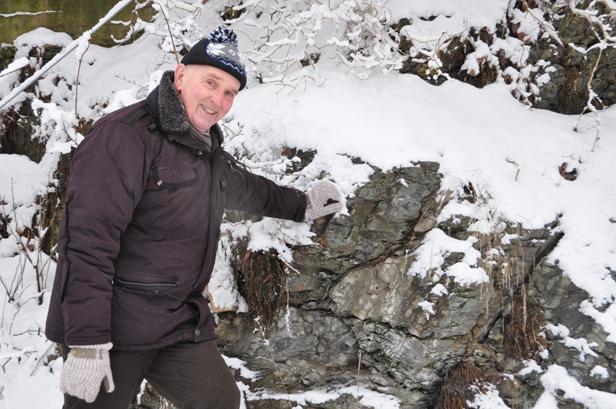 Med bred bakgrunn fra både akademia og oljeindustrien har Johan Petter Nystuen god forståelse for hva slags kunnskap oljegeologene bør suge til seg i Hedmarksbassenget. Her poserer han foran ordoviciske bergarter rett utenfor kontoret på Blindern. Foto: Halfdan Carstens