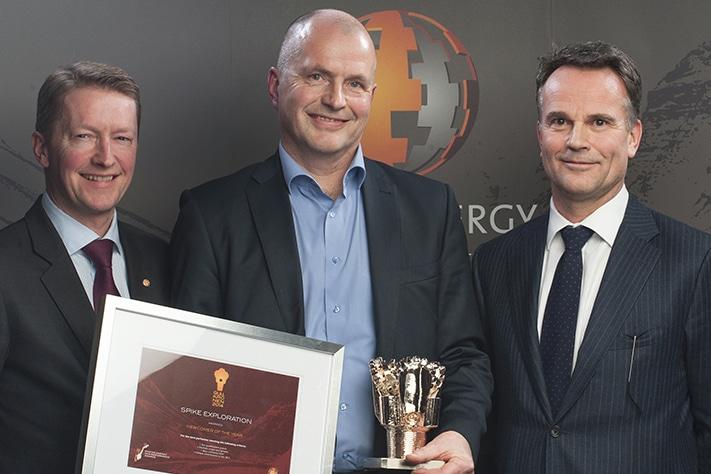 Bjørn Inge Tønnessen (i midten), CEO i Spike Exploration, med Gullkronen. Foto: Rystad Energy