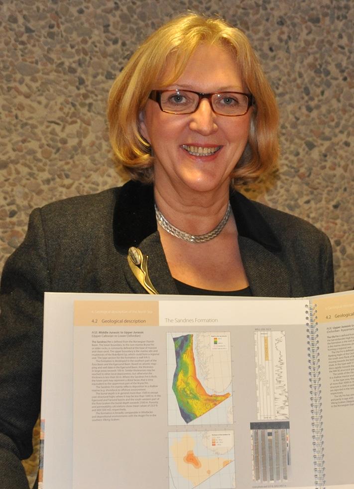 Eva Halland har ledet prosjektet som har endt opp med et fargerikt og delikat atlas som i detalj viser potensialet i norsk sektor av Nordsjøen.  Foto: Halfdan Carstens