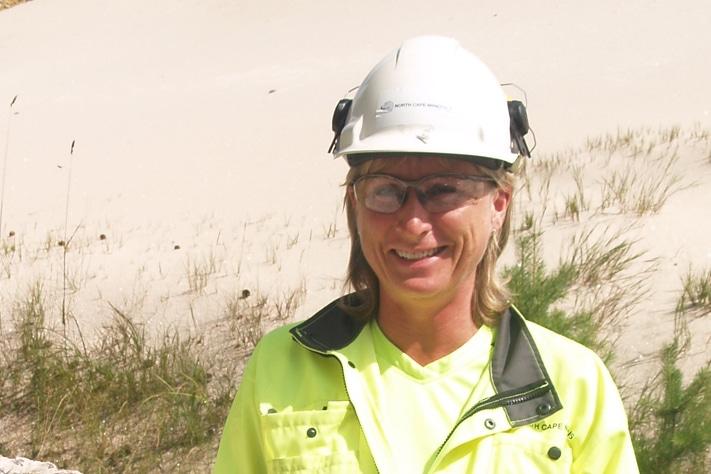 Hilde Nordvik var verkssjef ved Sibelco Noridics avdeling i Lillesand som ble nedlagt i fjor. Der regjerte hun over 30 ansatte og en pegmatittforekomst i grunnfjellet hvor det ble brutt kvarts og feltspat for salg til det europeiske markedet. Hun har bakgrunn som metallurg fra NTH og har helt siden sin første jobb i IFE vært tilknyttet forskning og utvikling. Foto: Halfdan Carstens