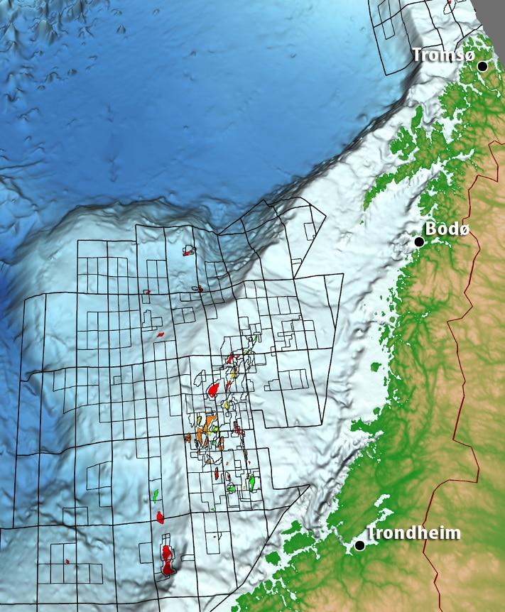 Det området oljebransjen omtaler som Norskehavet omfatter grunt og dypt vann fra Møre (62°N) til og med Vesterålen (70°N). Godt fiske langs eggakanten og innenfor gjør at områdene vest for Lofoten og Vesterålen (hovedsakelig nord for 68°N) blir betraktet som spesielt verdifulle. Vi ser at de fleste og største olje- og gassfunnene ligger konsentrert vest for strekningen Steinkjer-Brønnøysund. Noen få av funnene ligger på dypt vann. Nå er det imidlertid fremtiden for området utenfor Lofoten, Vesterålen, Senja og Kvaløya det dreier seg om. Vi ser at sokkelen er betydelig smalere her enn lengre sør. Det er likevel plass til noen få store og mange små olje- og gassfelt. Illustrasjon: Oljedirektoratet