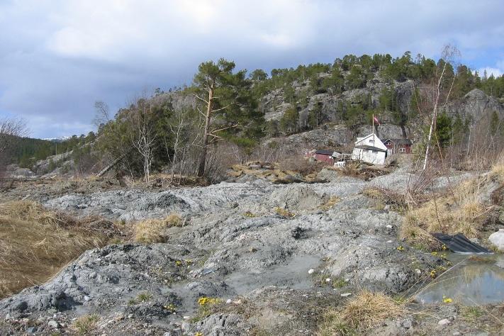 Skredmassene i Kattmarka, ca. ett år etter skredhendelsen som ødela en liten bygd og satte menneskeliv i fare (GEO 03, 2009), er et uhyggelig vitne om at kvikkleire er et samfunnsproblem. Rent hell hindret at liv gikk tapt. Foto: Inger-Lise Solberg