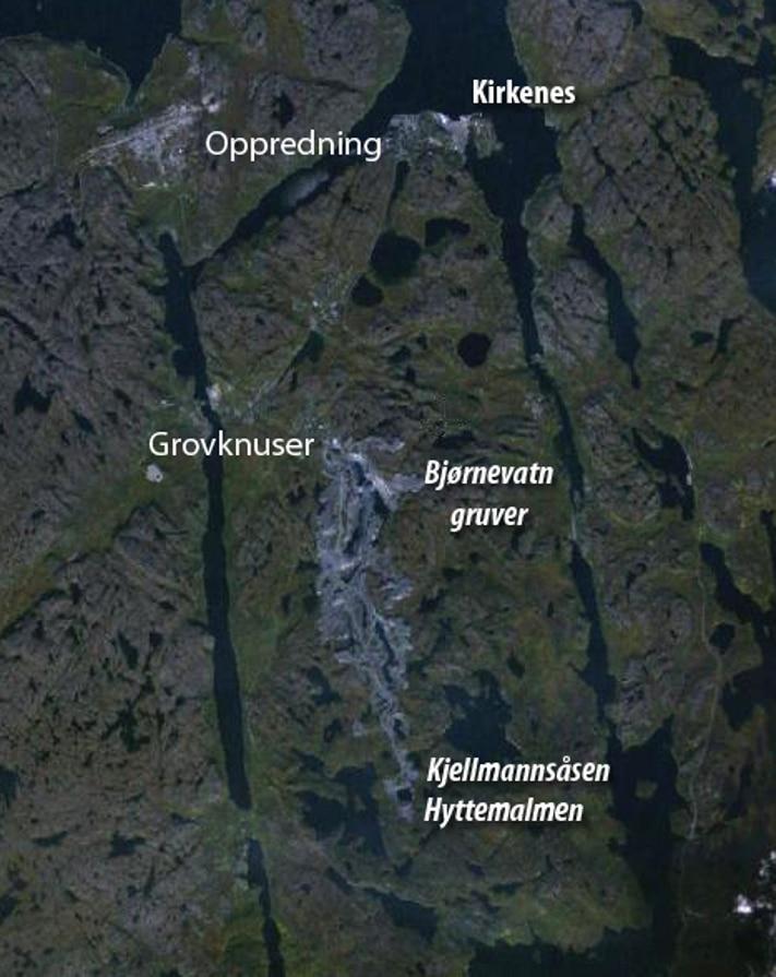 Kirkenes ligger ved en isfri havn, det går jernbane fra grovknuseren og ned til havna, og det er bare tolv kilometer på anleggsveien fra malmfeltene og ned til grovknuseren. Sydvaranger Gruve nyter derfor fordel av kort vei fra dagbruddene til havn, og fra havn til markedet.  Kartografi: GeoPublishing/Norge i 3D