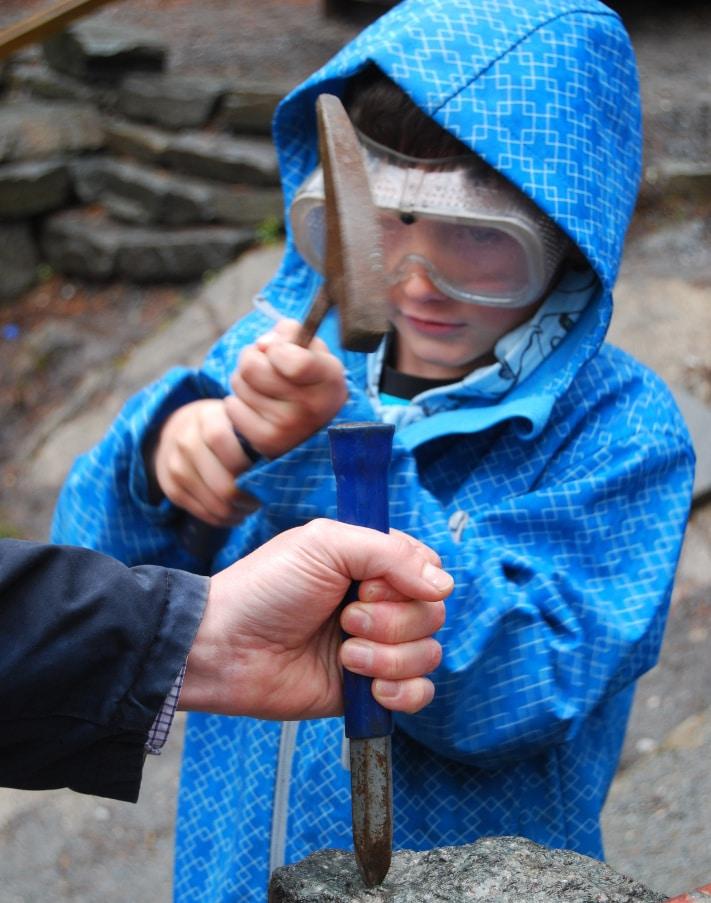 Lars slår ut krystaller og får en liten samling med seg hjem som minne. Foto: Anne Kristine Børresen