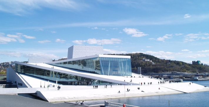 Operabygget i Oslo er uten sammenligning den bygningen her i landet som har fått størst oppmerksomhet på grunn av den steinen som ble valgt. I ettertid kan vi trygt si at marmoren fra Italia bidrar sterkt til at hovedstaden har fått et nytt landemerke.