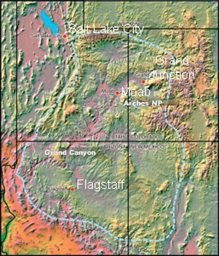 Coloradoplatået dekker et areal i Arizona, Colorado, New Mexico og Utah som tilsvarer Norges flateinnhold. Her finner vi den største konsentrasjonen av amerikanske nasjonalparker. Årsaken er at området først har hevet seg, og at Coloradoelven deretter gjennom ca. fem millioner år har gravd seg ned gjennom fargerike sedimentære bergarter og etterlatt seg et landskap som ikke har sin make noen andre steder i verden. Kartografi: GeoPublishing AS