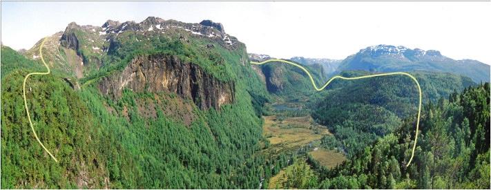 Panoramabilde over det ca. 2,7 km brede Ritlandkrateret. Store deler av strukturen har gode blotninger. Den nær vertikale fjellsiden i midten av krateret består av fossilførende skifer av kambrisk alder. Den gule linjen markerer omtrentlig utstrekning. Foto: Knut Vindfallet