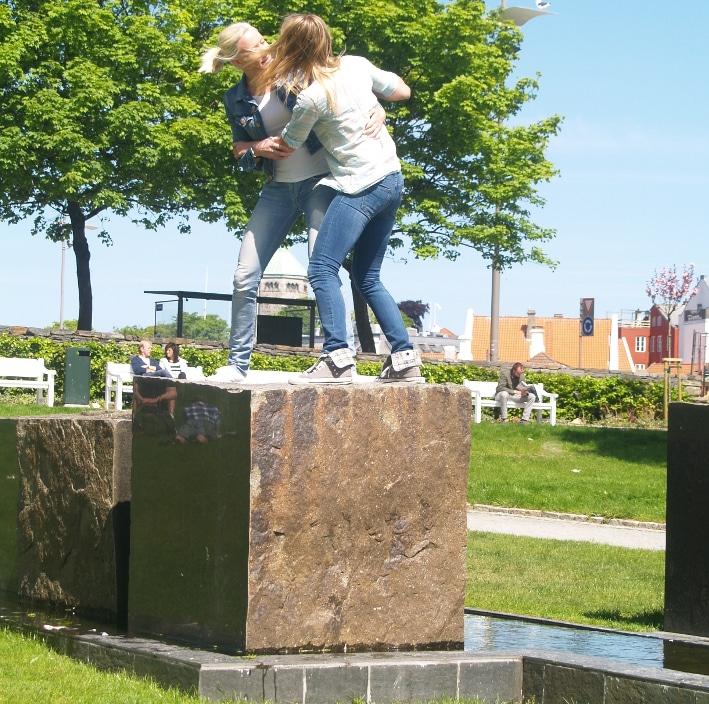 Stein er populært i monumenter og skulpturer, som her i Stavanger sentrum. Foto: Halfdan Carstens
