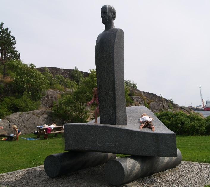 Larvikitt er brukt på alle mulige måter i larvikittens hovedstad. Her ser vi Thor Heyerdahl skue ut over Oslofeltet. Foto: Halfdan Carstens