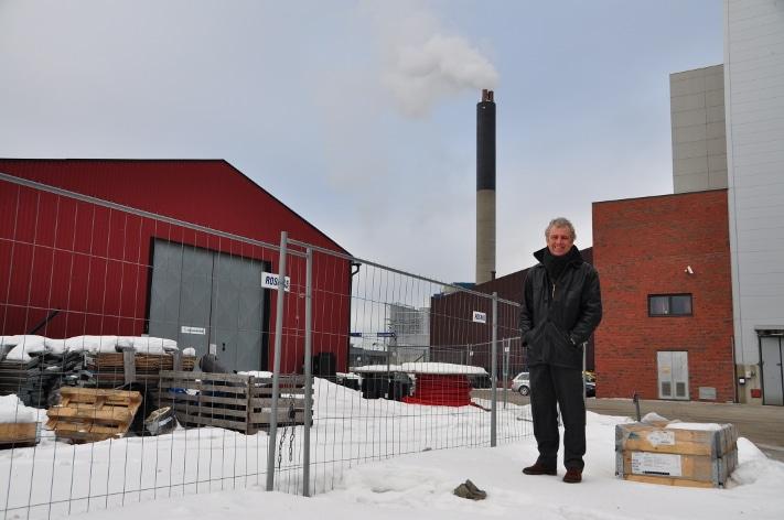 """Verdens aller første anlegg for bruk av varmt vann fra """"konstruerte geotermiske systemer"""" er på planleggingsstadiet. I beste fall vil det allerede fra neste høst bli hentet oppvarmet vann fra 5000 meters dyp som varmer vannet i Hafslunds fjernvarmeanlegg. I bakgrunnen ser vi røyken som stiger opp fra anlegget på Haraldrud i Oslo. Etter å ha jobbet med dette konseptet i fire år har Thor Erik Musæus klokketro på teknologiens fortreffenhet. Foto: Halfdan Carstens"""