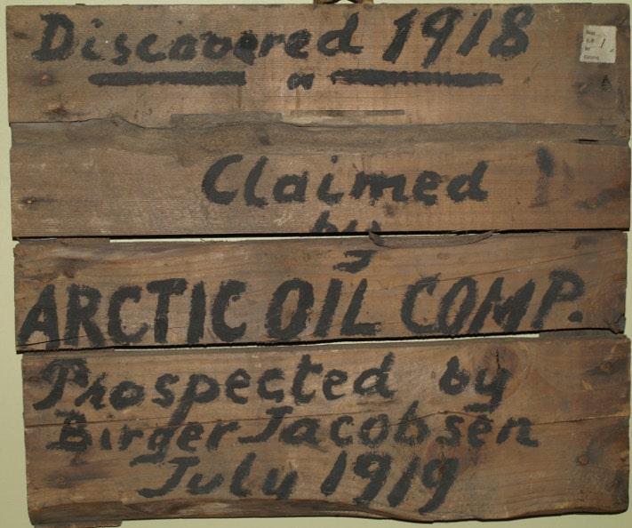 Okkupasjonsskiltet (skrevet med maling på et kasselokk) som skulle sikre rettighetene til en antatt gassforekomst var ikke mer verdt enn at Store Norske fjernet de samme dag som det ble satt opp. Foto: Peter Brugmans