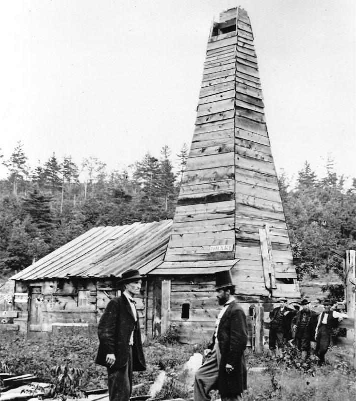 Dette historiske bildet er godt kjent og minner oss om oljebrønnen som forandret historiens gang. Edwin L. Drake, her med hatt, har fått æren for at brønnen ble boret. Men i realiteten var det entreprenører og investorer i New York som hadde idee og skaffet penger til boringen.  © Drake Well Museum