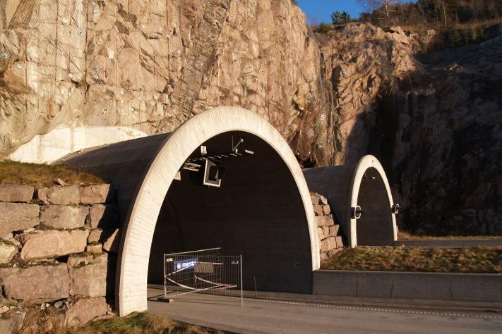 Sørgående tunnelløp ble stengt etter raset. Den lyserøde bergarten i fjellveggen er syenitt. Legg merke til gangen som skjærer gjennom på skrå og inn i tunnelløpet. Slike ganger kan være forbundet med stor risiko når tunnelen sprenges. Foto: Halfdan Carstens