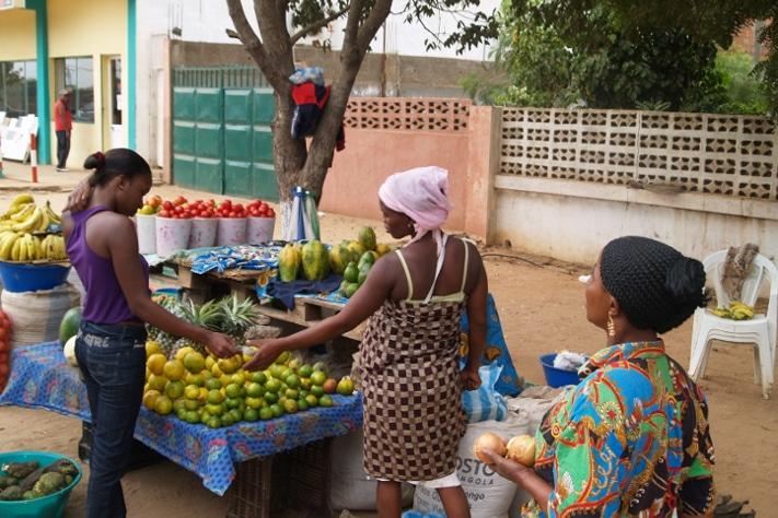 Vi er i Afrika. Små butikker ligger langs veien hvor kvinner i fargerike gevanter tilbyr lokale varer. Men billig, nei det er det ikke, i alle fall ikke for utlendinger med velfylte lommebøker. Foto: Halfdan Carstens