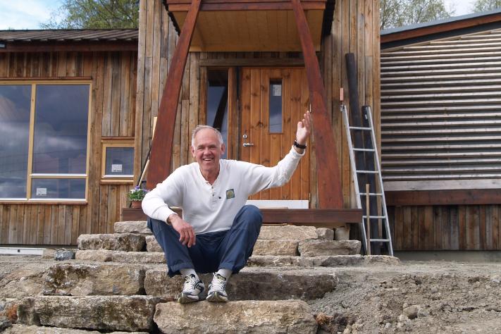 Velkommen til Mammuthus! Ole Nashoug er gründer, byggherre, daglig leder, guide, servitør og vaktmester for den nye geologiske attraksjonen på Hedmarken, en kort kjøretur fra sommertrafikken langs E6 og trauste sambygdinger i hamardistriktet. Her har den joviale karen bygget en ny geologisk attraksjon hvor du kan lære om den geologiske utviklingen av Mjøsområdet fra urtiden og frem til i dag. Men først og fremst vil du kunne glede deg over ditt nye bekjentskap, mammuten, det store og flotte fortidsdyret som dominerte det arktiske landskapet for titusener av år siden, men som døde ut for ca. 10.000 år siden. Etterpå bør du gi deg selv tid til å reflektere litt over hvordan endringer i miljøet kan ha påvirket livsgrunnlaget både for den og oss mennesker. Legg merke til inngangspartiet som er formet som to mammuttenner. Som amatørgeolog – og med huset fullt (!) av stein – er det en selvfølge at trappen er bygd av stein fra egen tomt. Foto: Halfdan Carstens