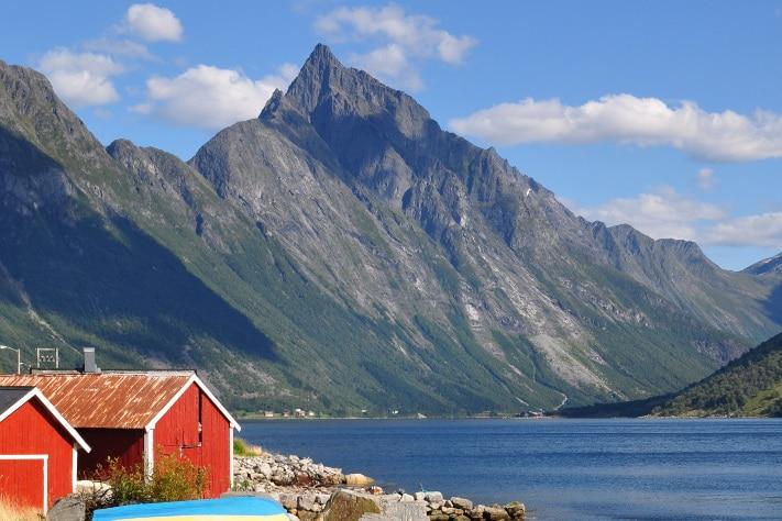 Godt besøkte Slogen (1564 m o.h.) i Sunnmørsalpene kan stå som et verdig eksempel på de mange fjellene som utgjør fjellkjeden. Moloen i forgrunnen er bygget av gneis. Den samme steinen dominerer i fjellene innenfor. Foto: Halfdan Carstens