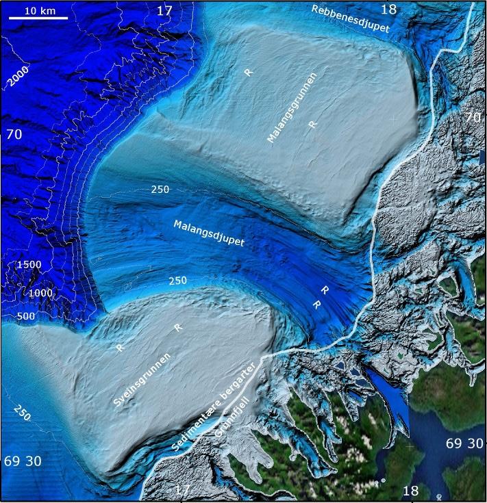 """Kartet viser landskap og havbunn i farvannet utenfor Senja og Kvaløya i Troms. Grønne områder er tørt land, mens grå områder i grunnfjellet er den delen av strandflaten som ligger under havnivå. Bildet viser også markerte rygger (""""R""""). Illustrasjon: NGU/Mareano-prosjektet"""