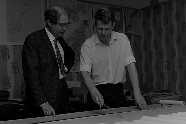 En ung og dynamisk bergingeniør Åm studerer geofysiske kart på NGU. Det var her han startet karrieren etter endt studium, og han tilbrakte fem år ved statsinstitusjonen før han valgte å gå over til oljeindustrien. Foto: Schrøderarkivet-Trøndelag Folkemuseum
