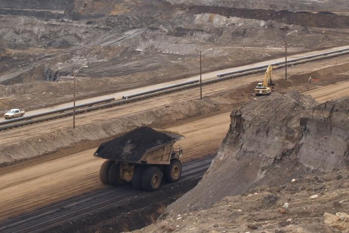 Den oljen som ligger nær overflaten (grunnere enn 75 meter), kan produseres ved gruvedrift. Foto: Halfdan Carstens