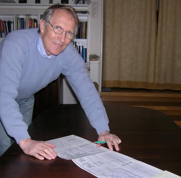 Eigill Nysæther tok utdannelse i geologi i Bergen og spesialiserte seg i petroleumsgeologi i Paris. På den måten ble han vår aller første geolog med en god og formell utdannelse i petroleumsgeologi. Her ser vi han studere Composite Well Log fra brønn 2/4-2, den brønnen som påviste olje og gassfeltet Ekofisk. Foto: Privat