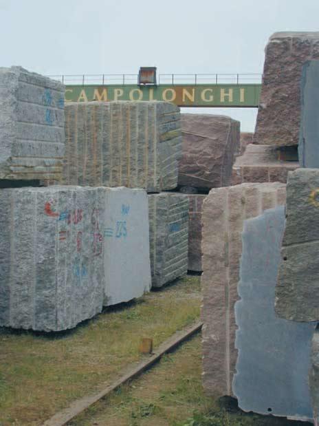 Blokker kommer til Carrara og Campolonghi fra hele verden. Her foregår det en rasjonell produksjon med store volumer, og hit kan kundene komme og finne en type stein som passer til deres formål. Inn i mellom vil de også påtreffe norsk stein, bl.a. larvikitt som sendes til Italia som blokk i store mengder. Foto: Halfdan Carstens
