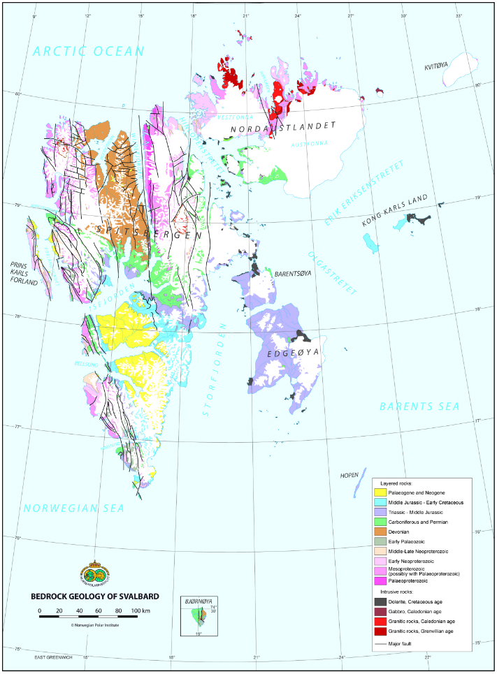 Kart over Svalbard Omtrent 60 prosent av Svalbard er dekket av isbreer. Til gjengjeld mangler øygruppen vegetasjon som på varmere breddegrader ofte hindrer geologene innsyn. Derfor har øygruppen mengdevis av utmerkede blotninger som grunnlag for ny kunnskap. Svalbard kan til og med skryte av bergarter fra alle de geologiske periodene opp gjennom fanerozoikum, fra kambrium til kvartær, foruten prekambriske bergarter.  Kartografi: Norsk Polarinstitutt