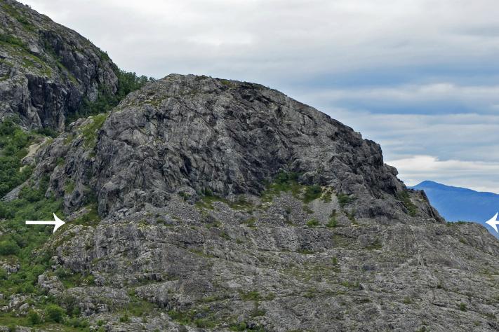 Hovedstrandlinja i fast fjell (vist med hvite piler), sett mot nord. Foto: Fredrik Høgaas