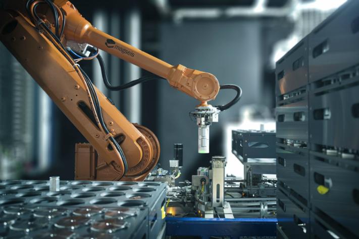 Det meste skjer automatisk. Her ser vi hvordan en robot plukker noder som deretter blir tappet for data og ladet med strøm. Foto: Magseis