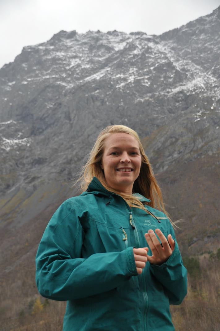 Ingrid Skrede er med i teamet av geologer i Åknes/Tafjord Beredskap som har til oppgave å overvåke spesielt skredfarlige områder her i landet. I oktober var hun med og gjorde vurderingene som lå til grunn for varslingen av et mulig skred i den svært utsatte Romsdalen. Her ser vi henne foran Mannen og rennen som løper på skrått nedover mot dalen. Geologene mener det er langs denne rennen det eventuelle skredet vil gå. Foto: Halfdan Carstens