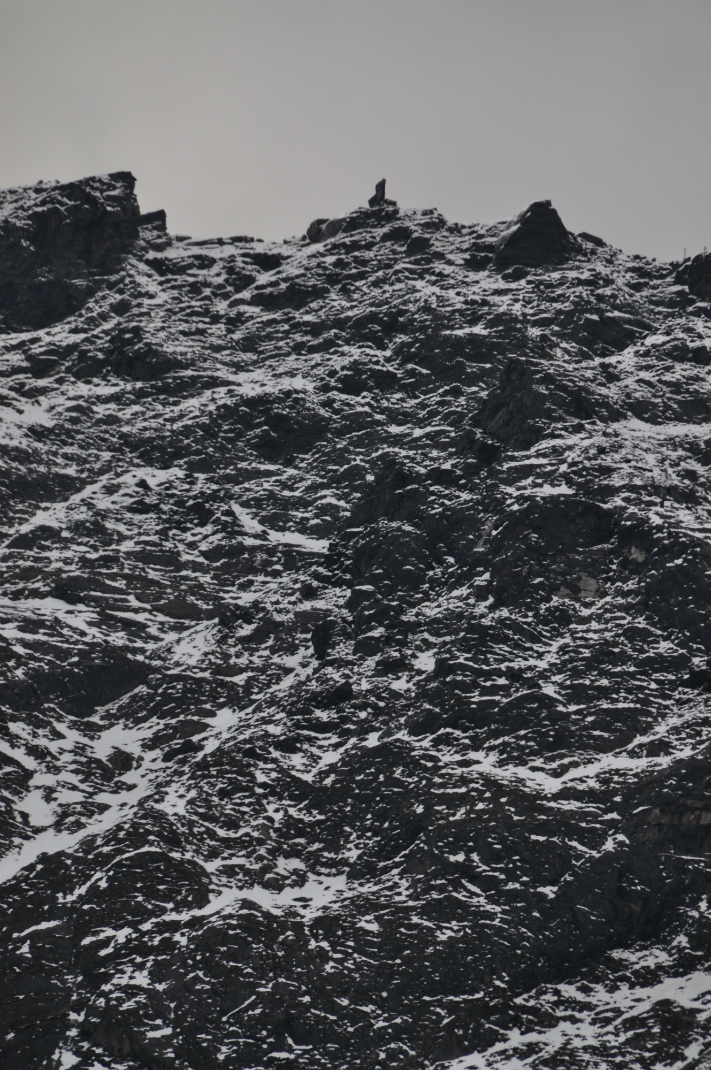Fjellet har tatt navn etter den litt underlige figuren på toppen av fjellet. Men denne vil ikke rase ut. Det er et lite fjellparti under denne som vil falle ned. Foto: Halfdan Carstens