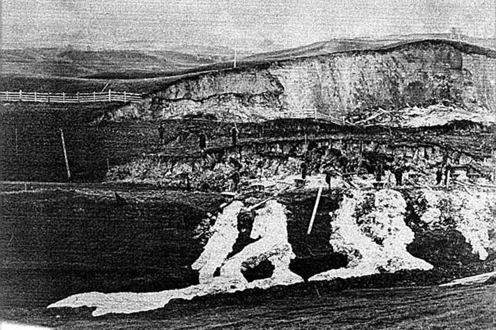 Stokke (seinare Nypan) stasjon, no nedlagt, låg sør for Heimdal i Sør Trøndelag. Skredet gjekk ca. 10. november 1867 1 km sør for stasjonen. Skadeomfanget er ikkje kjent. Kanskje er dette eldste fotoet av leirskred? Foto NTNU-arkiv.
