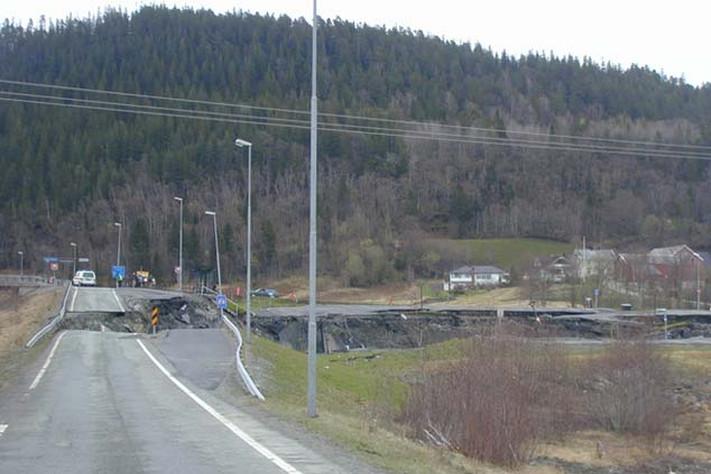 Ras er en nesten dagligdags hendelse i Norge. Her har det gått et leirras og tatt med seg veien pga. anleggsarbeider. Foto: Halfdan Carstens