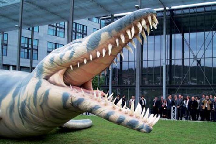 Dette 15 meter lange oppblåsbare uhyret, en modell av en 150 millioner år gammel svaneøgle (pliosaurus) som har blitt funnet på Svalbard (GEO 01/2007), ble blåst opp av Kongen under åpningen av den 33. International Geological Congress på Lillestrøm 6. august. Nå har det fatt navn etter en konkurranse der også menigmann kunne delta, og har du lyst til å se den i full størrelse er det bare å ta turen til Universitetsplassen 13. september. Foto: Halfdan Carstens
