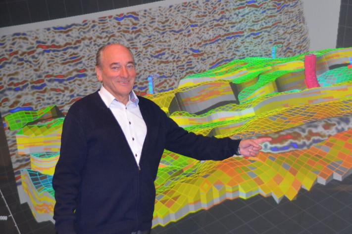 Det er i reservoaret Jon Kleppe hører hjemme. Her står han foran sandsteinene i Gullfaks-feltet og demonstrerer hvordan undergrunnen og brønnbanene visualiseres for geologer, geofysikere, produksjonsingeniører og alle andre som har behov for å danne seg et tredimensjonalt bilde av reservoaret. Visualiseringsrommet er en gave fra Hydro/Statoil, og programvaren som skaffer frem bildet er en gave fra Schlumberger. Foto: Halfdan Carstens