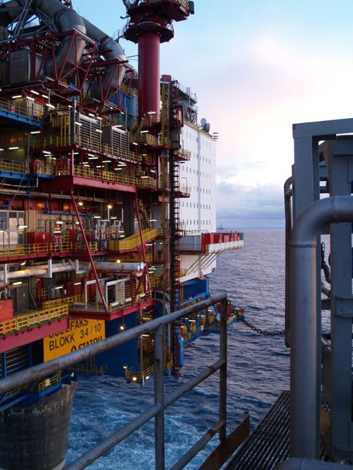 Gjennom de første 25 årene av norsk oljehistorie var oljeproduksjonen dominert av få, store felt. Gullfaks, som ble funnet i 1978 og begynte produksjonen i 1986, var ett av dem. Dette bildet er fullstendig endret. I dag er det et stort antall mindre og mellomstore felt som dominerer norsk oljeproduksjon. Og flere vil komme til. Foto: Halfdan Carstens
