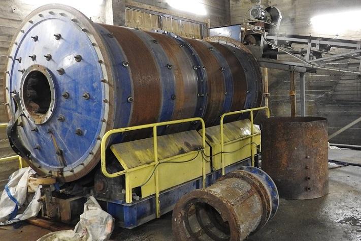 Finknust masse blir matet inn i en hydraulisk styrt kulemølle, og ut kommer nedmalt masse blandet med vann (pulp) som går direkte til flotasjon. Møllen (1,8 x 3,6 m) ble kjøpt fra MINPRO i Trondheim og var helt ny da virksomheten startet. Foto: Halfdan Carstens