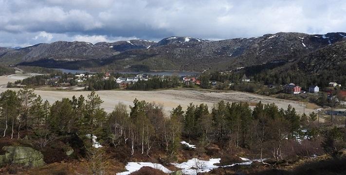 Avgangen fra oppredningsverket er deponert i to innsjøer, Lille Knabetjern (nærmest) og Store Knabetjern. Lille Knabetjern er fullstendig dekket av sandmassene, og i tørt vær med mye vind kan sandflukt være sjenerende. På det dypeste er deponiet hele 25 meter dypt. Malmen inneholdt i snitt kun 0,2 prosent molybdensulfid (2 kg/tonn bergart). Det betyr at praktisk talt all steinen som ble produsert endte opp som avgang. I ettertid er forskjellen at volumet på avgangen er mye større enn volumet på malmen. Foto: Halfdan Carstens