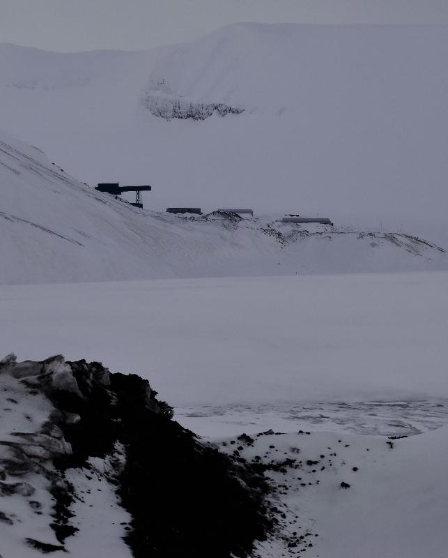 Langt i det fjerne. Lunckefjell sett fra Svea Nord. Nå er også utsiktene for drift langt i det fjerne. Men infrastrukturen er på plass. Driften kan komme i gang på kort varsel. Foto: Halfdan Carstens