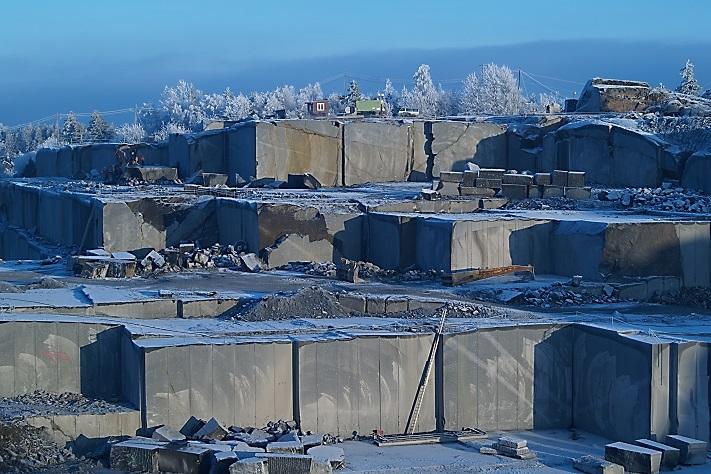 Klåstad Steinbrudd er et vakkert skue på en iskald januardag. Lundhs tar her ut Lundhs Emerald. Foto: Halfdan Carstens