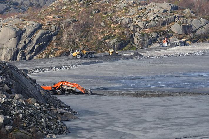 Landdeponiet som Titania har bygget i Rogaland er landets eneste i tilknytning til et bergverk. Titanias deponi ligger rett ved anlegget og støttes opp av én stor og flere små demninger. Titania deponerer 300 tonn/time med avgang (noritt) og 1400 m3/time med vann. Selve deponiet har et areal på 1,3 km2 og er begrenset av naturlig topografi og 9 halvtette dammer. Foto: Halfdan Carstens