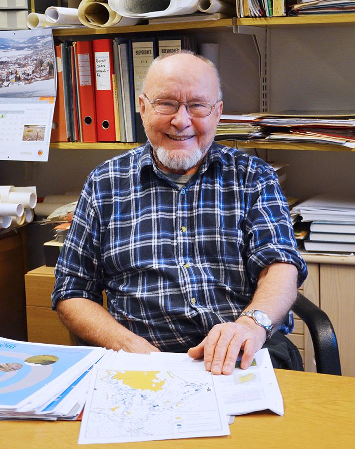 Rolf Sørensen har jobbet ved Norges landbrukshøgkole, senere omdøpt til Norges miljø- og biovitenskapelige universitet (NMBU), siden 1970. I år fyller han 81 år, men han er fortsatt glødende interessert i faget, har eget kontor på universitetet og deltar aktivt i fagmiljøet. Foto: Halfdan Carstens